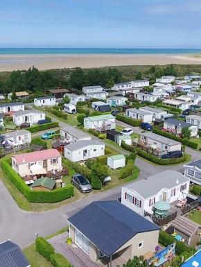 Vue aérienne des locations camping dans le Nord au bord de la mer au Camping des Dunes pres de dunkerque